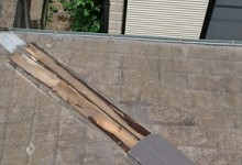 棟板金が飛散してむき出しになった貫板