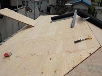 構造用合板を増し張りする様子