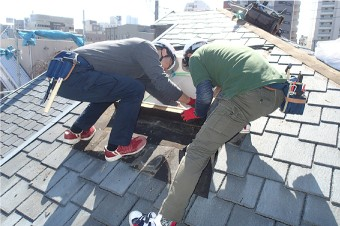 天窓を落下させないように慎重に作業を進めます