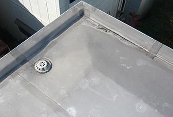 防水危険信号:表面の荒れや色褪せ