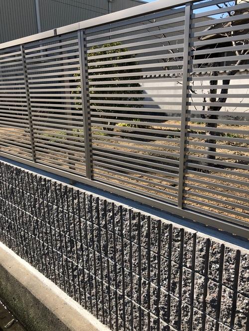 外構工事ブロックの上にフェンス