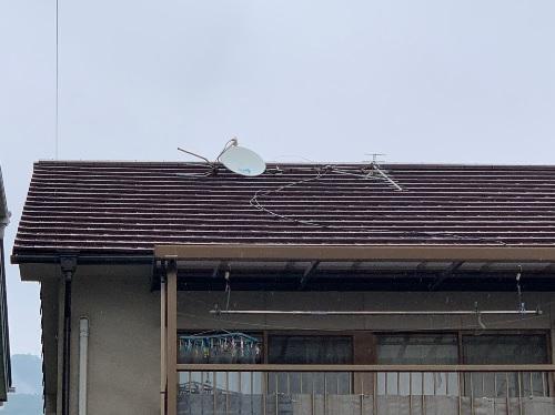 屋根上の倒れたアンテナ