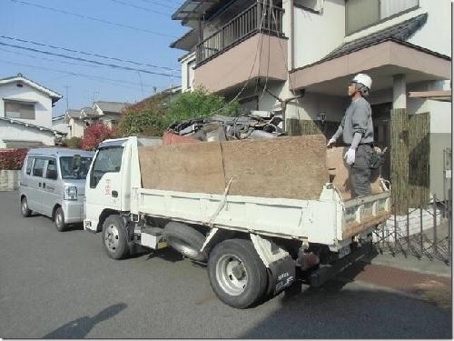 瓦をトラックに載せる様子