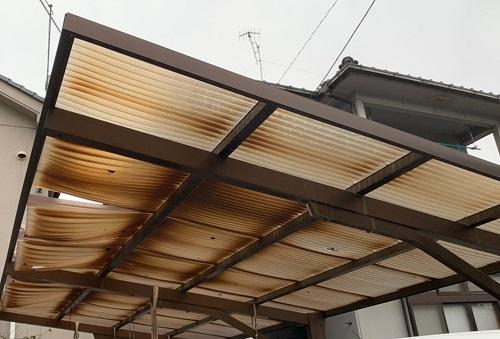 変色した屋根