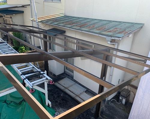 車庫の屋根材撤去