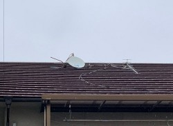 屋根から落ちそうなアンテナ