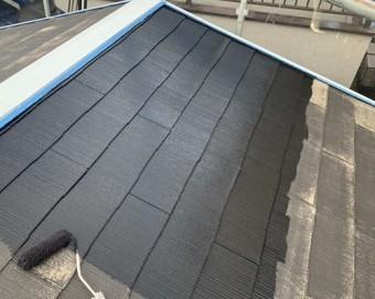 屋根塗装下塗り中