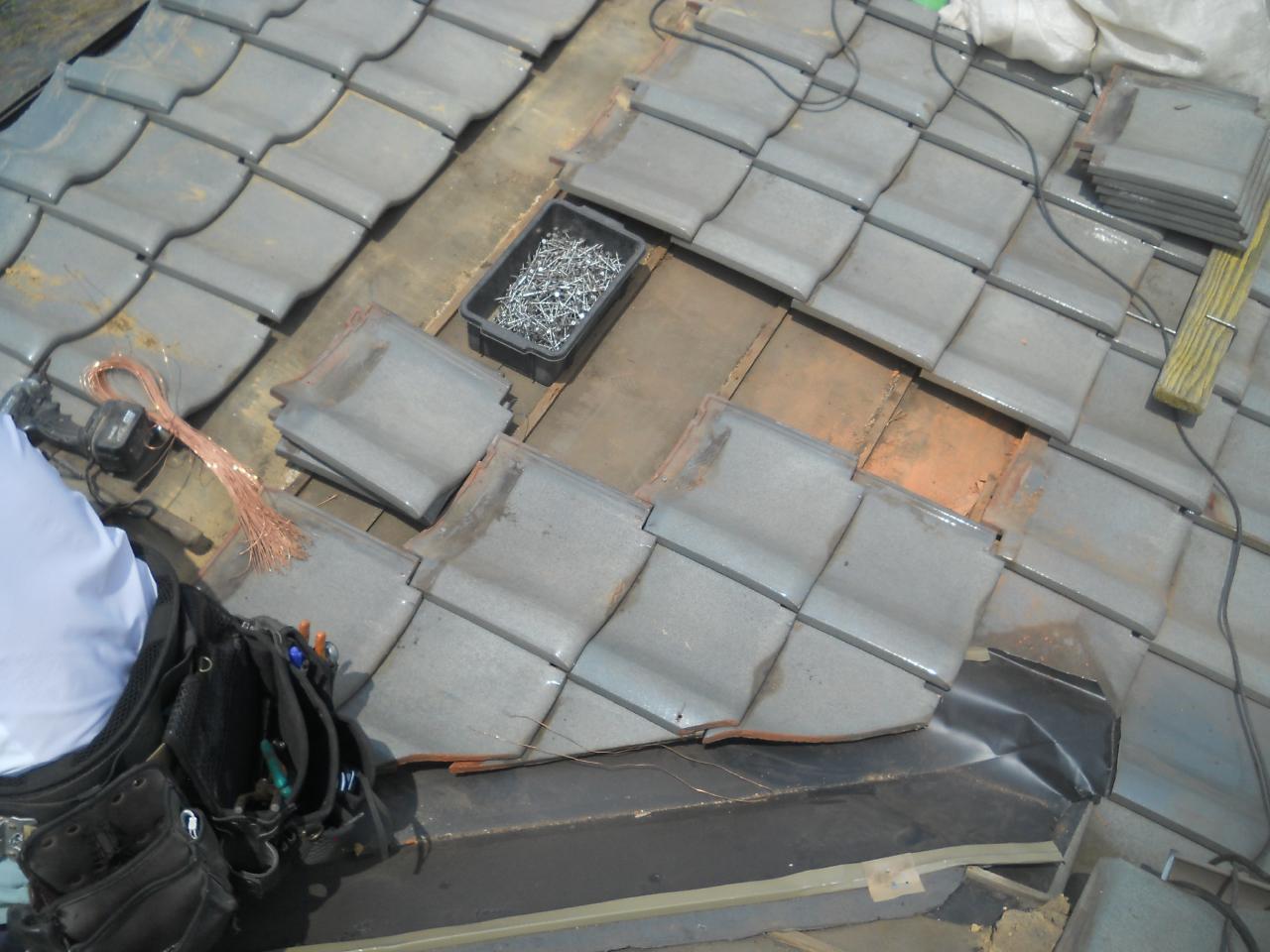 屋根瓦を留めています