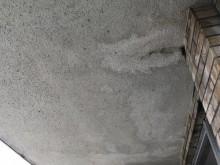 庇裏の水痕