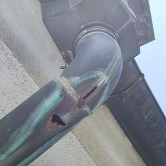 銅製樋の穴あき