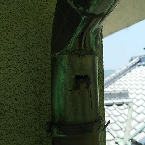 竪樋の穴あき