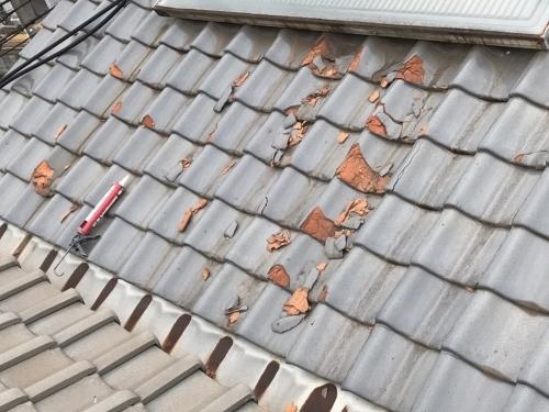 欠けている瓦の屋根補修