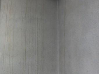 壁をつたう雨水