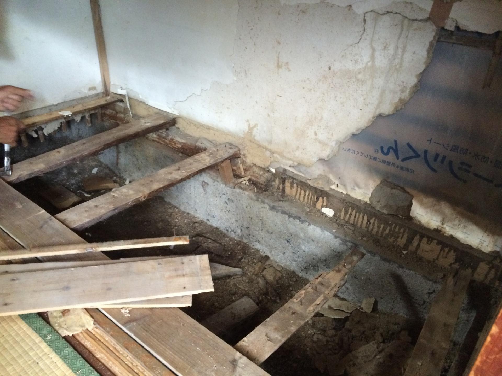 雨漏り室内床壁のダメージ