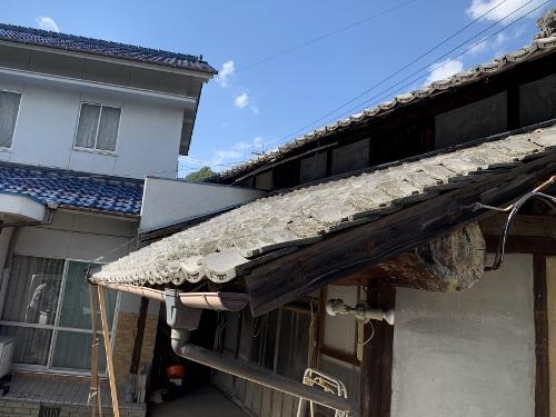 崩れそうな屋根