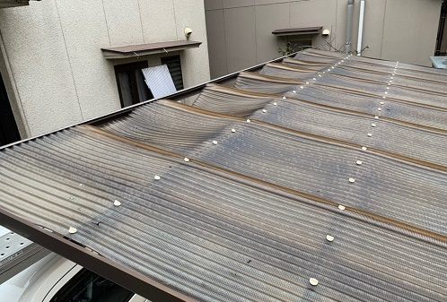 劣化した車庫の屋根