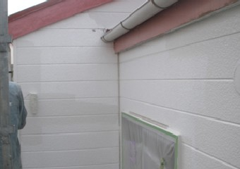 上塗りで白く美しい外壁