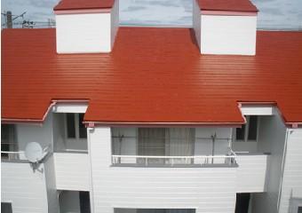 屋根と外壁を塗装したアパート